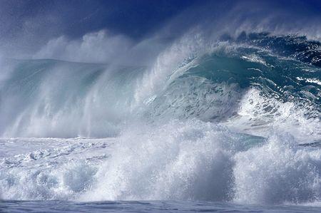 Surf selvatici schiantarsi sulla spiaggia il North Shore di Hawaii.