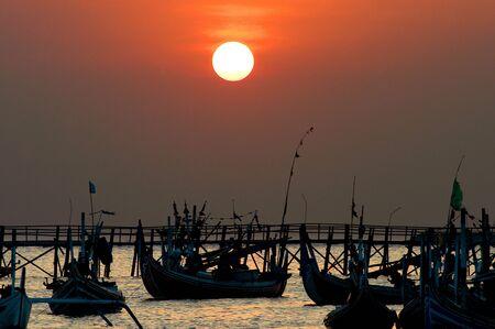 Una flotta di navi chiamato Jukung in una baia di pesca denominata baia di Jimbaran, Bali