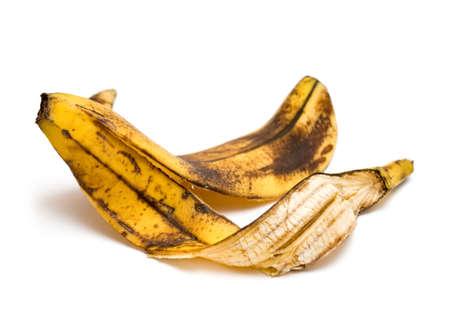 白の背景にバナナの皮をむく