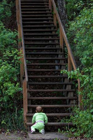 en mont�e: B�b� au bas de l'escalier � long