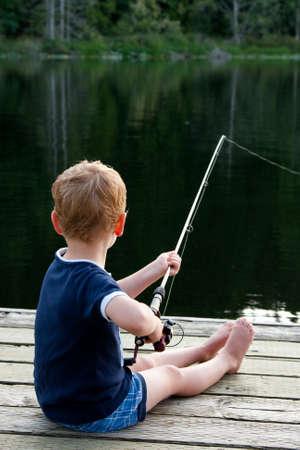 男の子のドックで釣り