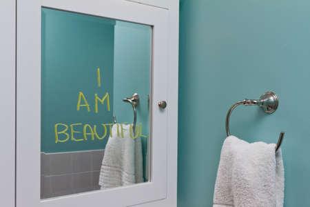 perceptie: Positieve lichaamsbeeld in spiegel Stockfoto