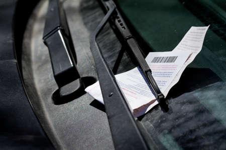 violaci�n: Aparcamiento ticket en el parabrisas Foto de archivo