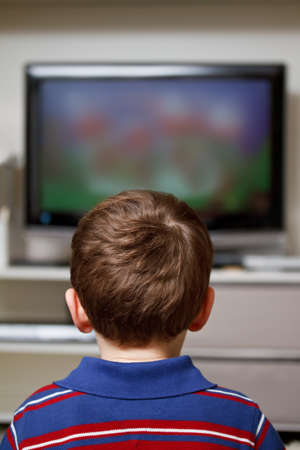 personas viendo television: niño viendo dibujos animados en la televisión