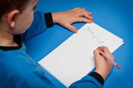 Boy pisząc do Mikołaja