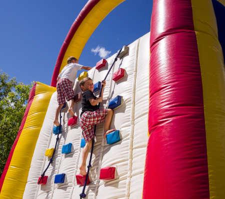 ni�o escalando: Dos muchachos de carreras Foto de archivo