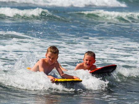 Dwóch chłopców w kipieli Zdjęcie Seryjne