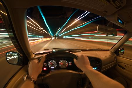 vezetés: Drivers view of driving at night.