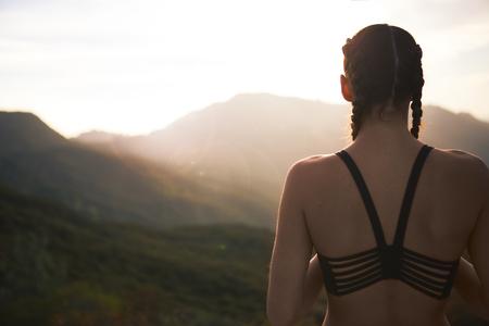 Vrouw Athelete met uitzicht op zonsondergang Stockfoto