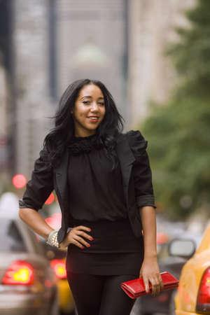 mannequin africain: Souriant femme afro-am�ricaine sur la rue de la ville avec des arri�re-plan flou
