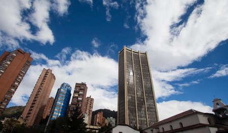 南アメリカのコロンビア、ボゴタのダウンタウンのスカイラインの古いものと新しい建築フォーム パーツ 報道画像