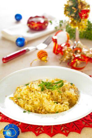 pignons de pin: Risotto italien avec fromage et noix de pin Banque d'images