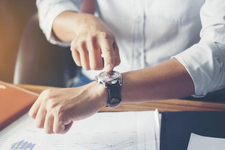 사업가 시계를 찾습니다. 근접 손입니다.