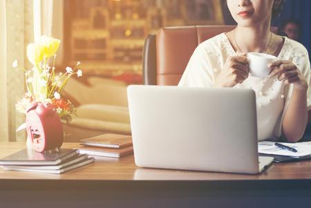 사무실에서 노트북과 함께 일하는 행복한 기업