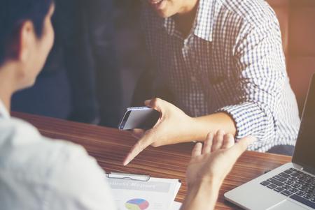 Homme d'affaires parlant d'essayer de convaincre un client heureux dans un ordinateur de bureau au bureau. Banque d'images - 62896159