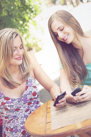 cel: Happy Amici con Phones Cel