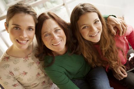 madre e hija adolescente: Tres mujeres de generaci�n Foto de archivo