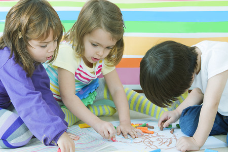 kinder: Peque�os amigos de dibujo en el jard�n de infantes Foto de archivo
