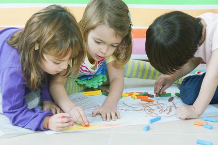 jardin infantil: Peque�os amigos de dibujo en el jard�n de infantes Foto de archivo