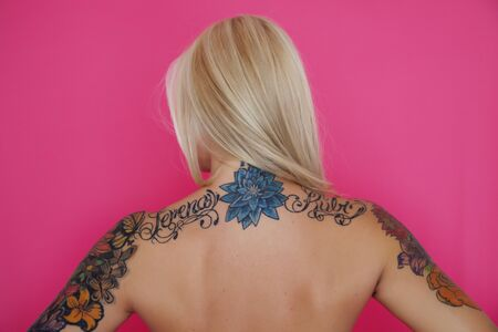 tattoed: Mujer tatuada espalda Foto de archivo