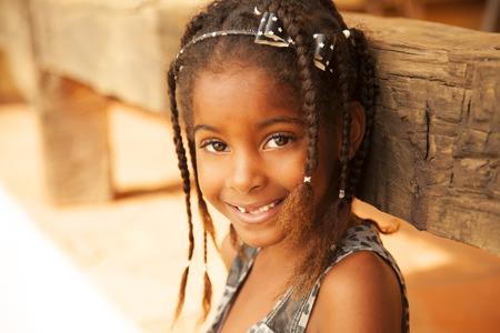 niños pobres: Retrato de la niña feliz del afroamericano
