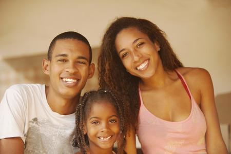familias jovenes: Familia feliz del afroamericano