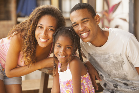 beautiful woman smiling: Familia feliz del afroamericano