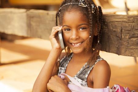 arme kinder: Gl�ckliche african american M�dchen auf dem Telefon, im Gespr�ch