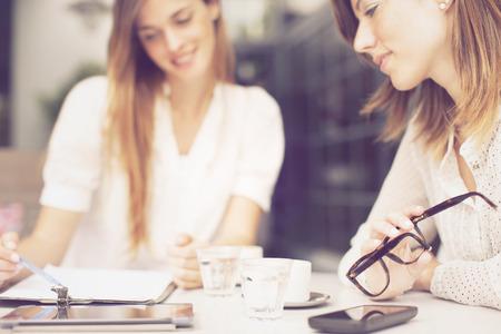 Glückliche Frauen im Freien arbeiten, Standard-Bild