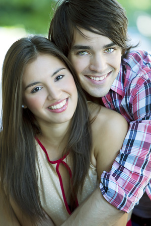 pareja adolescente: Pares adolescentes felices Foto de archivo