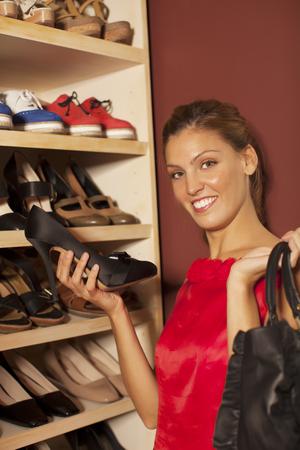 buying shoes: Mujer feliz comprar zapatos Foto de archivo