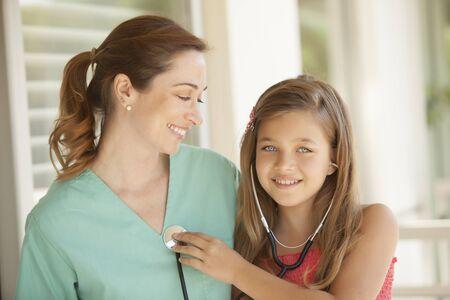 pediatra: Chica y pediatra feliz Foto de archivo
