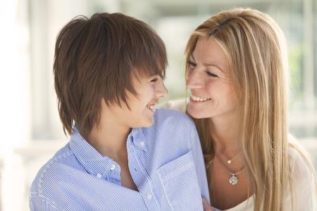 Madre e hijo felices sonrientes Foto de archivo - 40276113