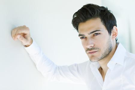 male fashion model: Modelo de moda masculina joven posando Foto de archivo