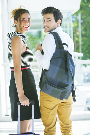 adn: Joven hombre de adn con la mochila y el equipaje