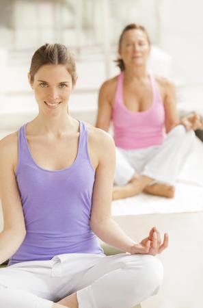 persone relax: Classe di yoga, posizione del loto Archivio Fotografico