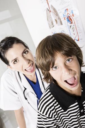 medico pediatra: Muchacho y pediatra Foto de archivo
