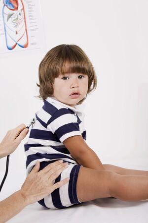 pediatra: El ni�o peque�o que es examinado por el pediatra Foto de archivo