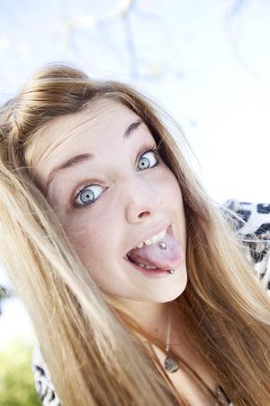 sticking out the tongue: Mujer que se pega hacia fuera la lengua