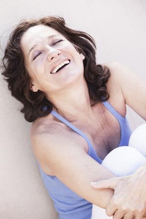 mujeres fitness: Mujer madura feliz sonriendo