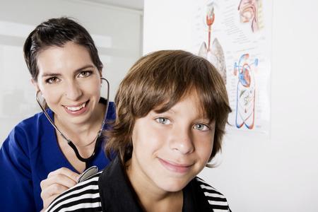 pediatra: Ni�o con el pediatra