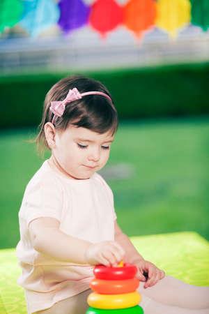 어린 소녀: Little girl playing 스톡 사진