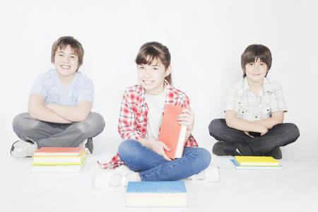 ni�os inteligentes: Amigos que se sientan con los libros