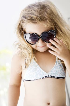 어린 소녀: Little girl wearing sunglasses 스톡 사진