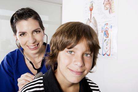 pediatra: Muchacho y pediatra Foto de archivo