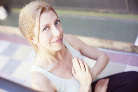 mujer meditando: Mujer al aire libre meditando Foto de archivo