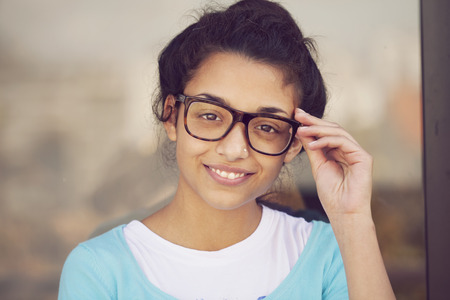 Gelukkige Indische vrouw draagt een bril Stockfoto