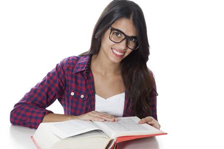chicas sonriendo: Lectura del estudiante femenino feliz Foto de archivo