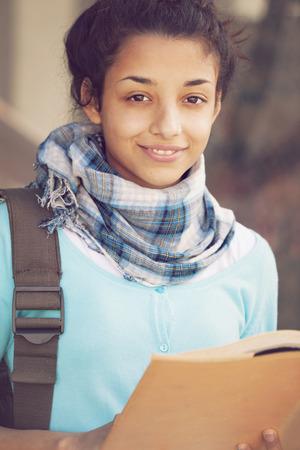 chicas sonriendo: Mujer india con el libro y la mochila Foto de archivo