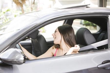 personen: Gelukkige vrouw rijden Stockfoto